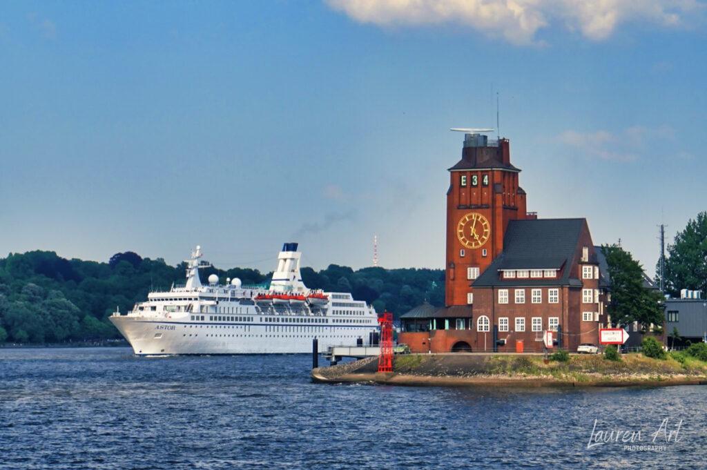 MS Astor auslaufend Hafen Hamburg, vorbei am Lostenhaus Finkenwerder