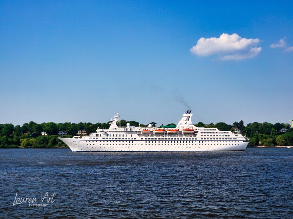 MS Astor auslaufend Hafen Hamburg